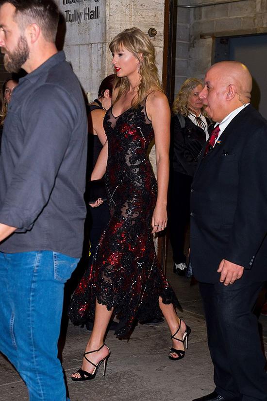 Sau khi xem phim xong, Taylor ra ngoài bằng cửa sau. Vóc dáng cao ráo và gợi cảm của ngôi sao nhạc pop Mỹ không lọt khỏi ống kính các paparazzi bên ngoài.