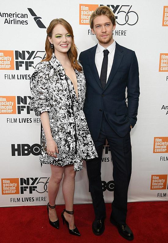 Trong khi đó, bạn trai cô chụp ảnh với các bạn diễn phim The Favourite trên thảm đỏ. Nữ diễn viên Emma Stones đóng cùng Joe Alwyn trong bộ phim này và chính cô là người mối lái Taylor Swift và Joe trở thành một cặp đôi.