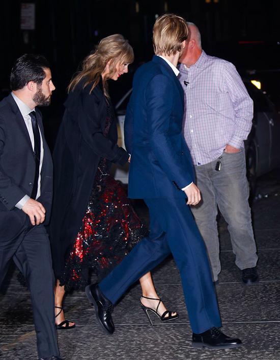 Taylor Swift và Joe Alwyn tay trong tay tới buổi ra mắt phim tại trung tâm Lincoln, New York tối 26/9.