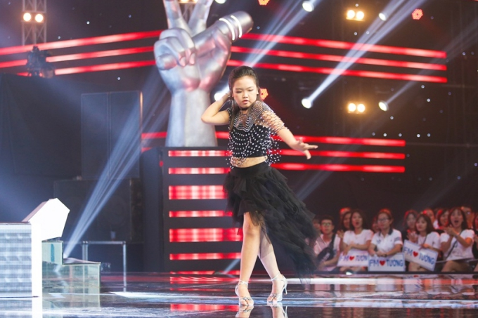 Cô bé còn có tài năng nhảy dance sport và chơi đàn piano. Kết quả, Mai Khôi chọn về đội Lưu Hương Giang - Hồ Hoài Anh.