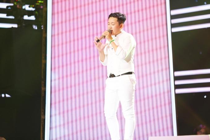 Phạm Lê Quốc Hưng đã từng dừng chân sớm tại vòng đối đầu The Voice Kids 2017. Trở lại năm nay, Quốc Hưng mang đến một không gian âm nhạc nhẹ nhàng qua ca khúc Quê hương tuổi thơ tôi.