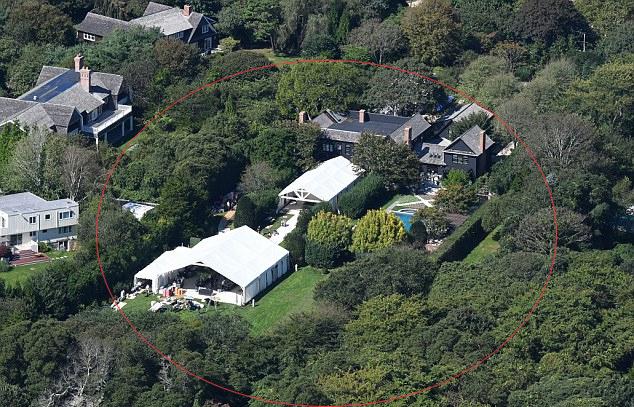 Gwyneth dựng lều trắng trong sân biệt thự để tổ chức lễ cưới.