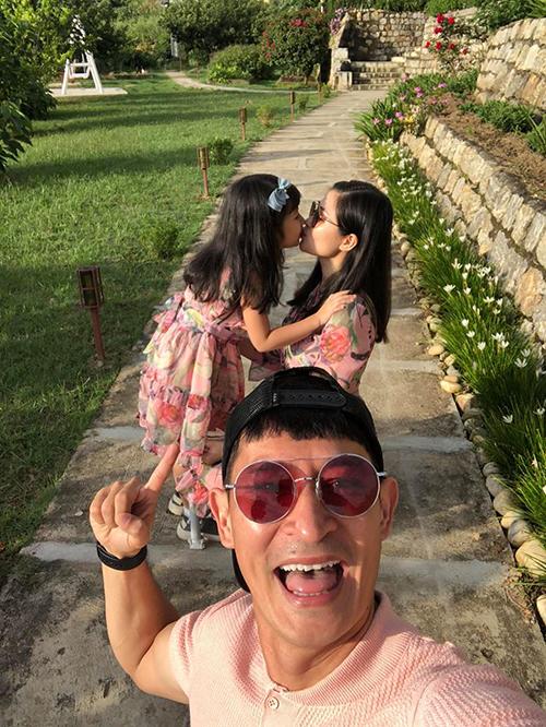 Diễn viên Huy Khánh và bà xã đưa con gái tới Bhutan tìm bình yên ở quốc gia hạnh phúc. Cả nhà đã có chuyến trải nghiệm nhiều ý nghĩa nhân dịp nghỉ lễ 2/9. Trong đó có việc chinh phục Tiger Nest, nơi được nam diễn viên nhận xét là tới Bhutan mà chưa đến đây là vô nghĩa.