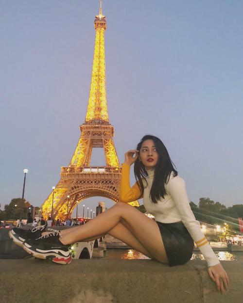 Paris là địa điểm được yêu thích nhất trong tháng này của sao Việt khi được các nghệ sĩ liên tục check in như Hồ Ngọc Hà, Bảo Anh. Nữ ca sĩ Anh muốn em sống sao diện áo len cổ lọ, khoe đôi chân dài bên sông Seine (Paris).