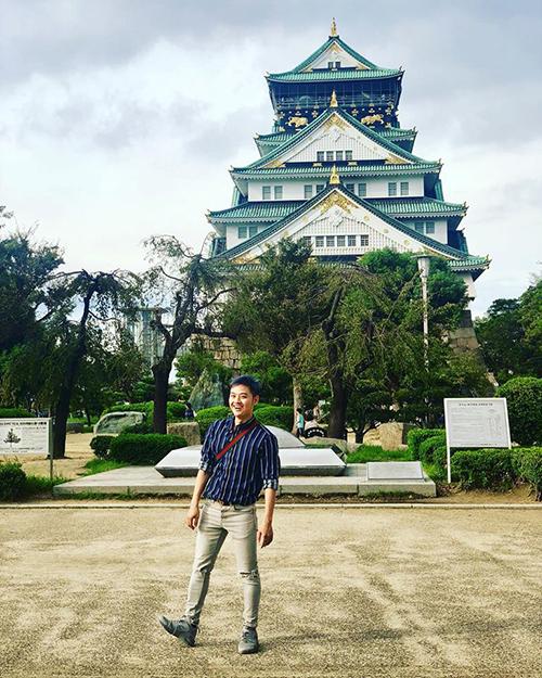Nhật Bản là điểm đến yêu thích nhất của Thanh Duy. Dù đã tới đây 3 lần nhưng chàng ca sĩ Trái tim Nhân Mã vẫn rất hào hứng với chuyến đi kéo dài tới 2 tuần, oanh tạc thành phố Osaka cùng những người bạn. Thanh Duy chụp ảnh dưới chân lâu đài Osaka hàng trăm năm tuổi.