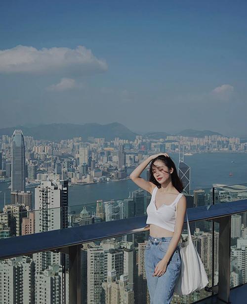 Đầu tháng 9, Jun Vũ, ca sĩ sĩ Will cùng một số người bạn có chuyến du lịch đại náo Hong Kong. Cả nhóm có nhiều khoảnh khắc vui vẻ xuống phố, thưởng thức món ngon và không quên check in ở đài quan sát trên đỉnh núi Thái Bình, nhìn xuống toàn cảnh đặc khu Hong Kong.