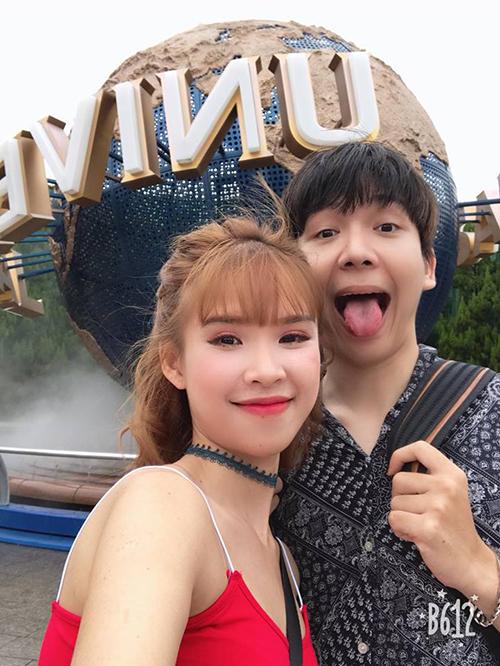 Đôi vợ chồng son Khởi My - Khánh Kelvin lại chọn Nhật Bản làm điểm đến cho chuyến đi ngọt ngào. Hai vợ chồng không ngừng chia sẻ hình ảnh hạnh phúc và hài hước khiến người khác phải ghen tỵ. Đôi trai tài gái sắc tới vui chơi ở công viên trò chơi nổi tiếng Universal Stutio ở Osaka và leo bộ lên lâu đài cổ ở thành phố này.