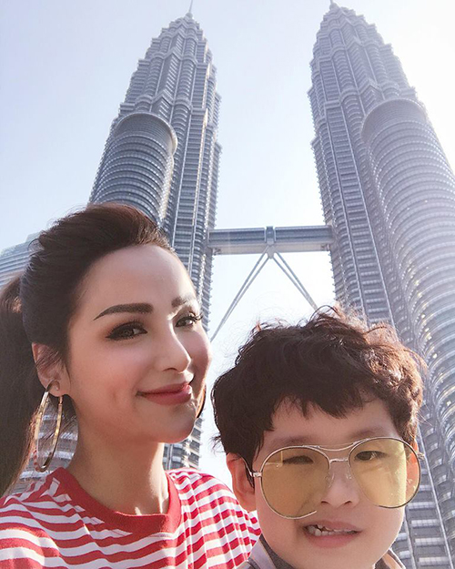 Hoa hậu Diễm Hương và con trai tới Malaysia du lịch. Cô hạnh phúc vì có người bạn đồng hành, cùng nhau đi khắp thế gian. Có thể không vui đó nhưng đi với người yêu là cũng tươi á. Mẹ mới đi 21 quốc gia nhưng mẹ sẽ cùng con trải nghiệm 50 quốc gia trước khi con có bạn gái nhé, cô chia sẻ đồng thời chia sẻ nhiều hình ảnh ở Kuala Lumpur và Melaka.