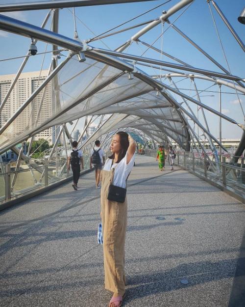 Ca sĩ Diệu Nhi tranh thủ nghỉ xả hơi ở Singapore giữa lịch làm việc dày đặc. Cô chụp ảnh dưới cây cầu Double Helix nối giữa vịnh Marina và trung tâm Marina. Cây cầu đi bộ có chiều dài 3,5 km gồm hai khung thép hình cung được nối lại với nhau theo hình xoắn ốc và ý tưởng âm dương của người phương Đông.