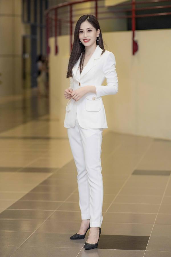 Tối 30/9, Á hậu Phương Nga diện vest cá tính, đảm nhận vai trò giám khảo một cuộc thi tại trường Đại học Kinh tế Quốc dân Hà Nội - nơi cô đang theo học.