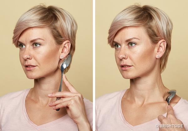Làm căng da cổ Đặt thìa ấm ở phía dưới tai như hình, kéo nhẹ xuống dưới xương quai xanh. Lặp lại động tác 10 lần.