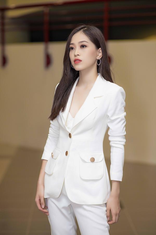 Phương Nga là Hoa khôi của trường Đại học trước khi đăng quang Á hậu 1 Hoa hậu Việt Nam 2018. Cô năm nay 20 tuổi, cao 1,72m và được đánh giá cao qua khả năng giao tiếp thông minh, khéo léo.