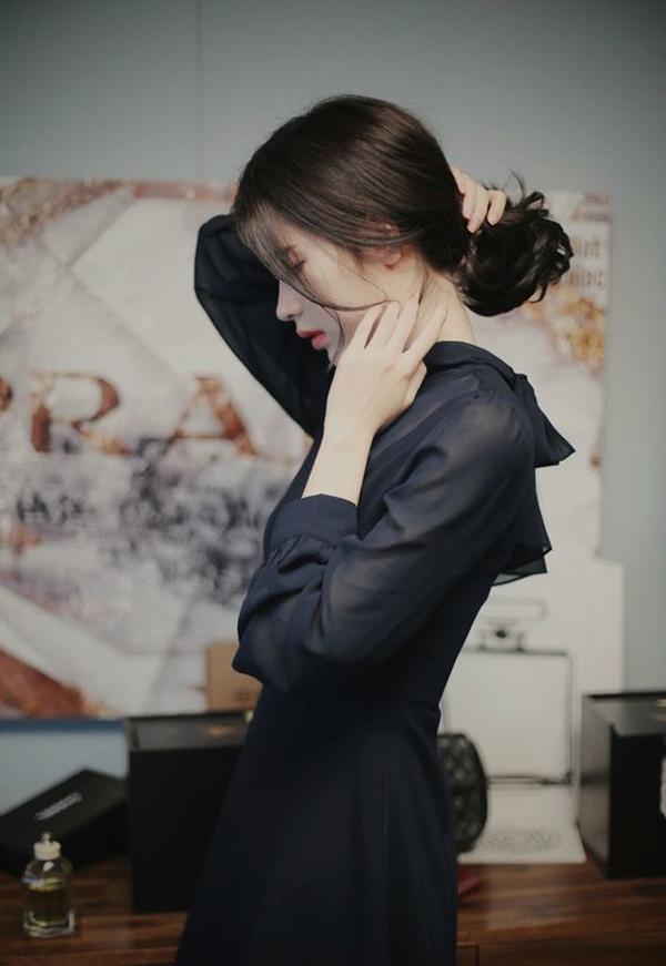 Kiểu tóc đen xõa thẳng với phần mái dài mang đến vẻ đẹp dịu dàng, nữ tính.