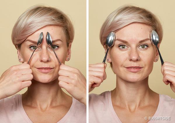 Kéo giãn cơ mắt Dựng dọc hai chiếc thìa ấm ở phía đầu lông mày (như hình), kéo nhẹ về phía đuôi lông mày. Lặp lại động tác 10 lần.