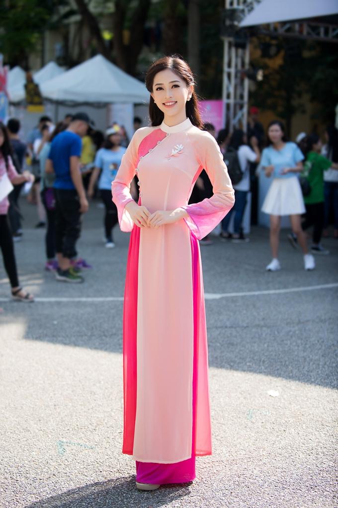 Buổi sáng cùng ngày, Phương Nga diện áo dài trong buổi lễ giao lưu cùng ban giám hiệu và sinh viên nhà trường.