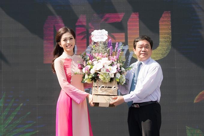 Người đẹp trao tặng hoa, gửi lời cảm ơn nhà trường, thầy cô ủng hộ và tạo điều kiện trong suốt thời gian vừa qua.