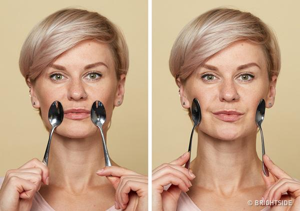 Chống chảy xệ má Đặt hai thìa ấm ở khóe miệng, kéo theo chuyển động tròn về phía mang tai. Lặp lại động tác 5 - 6 lần.