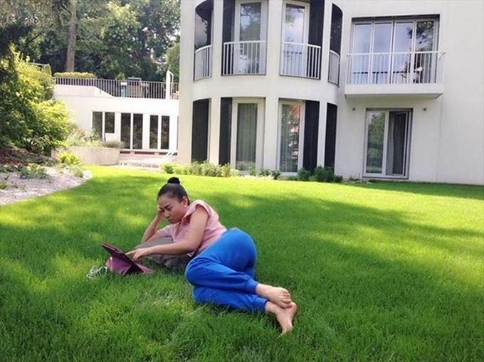 Thu Minh và ông xã ngoại quốc Otto De Jager sở hữu một căn biệt thự màu trắng rộng lớn ở thành phố Prague (Czech). Vợ chồng cô thỉnh thoảng đưa con trai sang đây nghỉ hè hoặc nghỉ đông. Trên trang cá nhân, nữ ca sĩ thỉnh thoảng chia sẻ những khoảnh khắc thư thái bên vườn nhà.