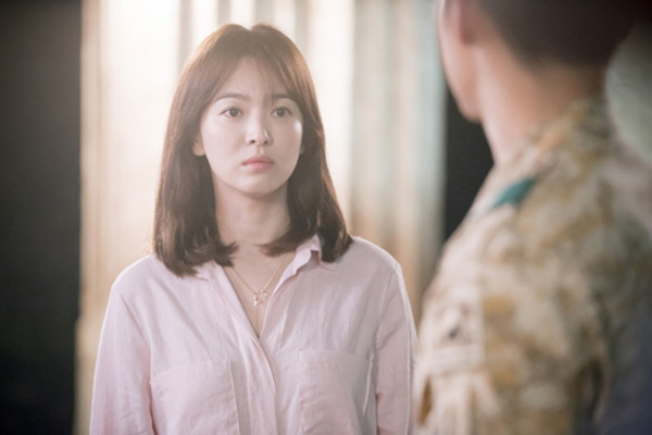 Một yếu tố khác giúp tạo hình nhân vật Kang Mo Yeon trông sắc nét là ở hàng chân mày. Kiểu mày cánh cung tự nhiên nhưng được chải chuốt kỹ càng giúp khuôn mặt Song Hye Kyo có điểm nhấn. Trong khi đó, hàng chân mày ngang tô màu nâu nhạt và phần đuôi hoàn toàn biến mất khiến Khả Ngân mất điểm nghiêm trọng.