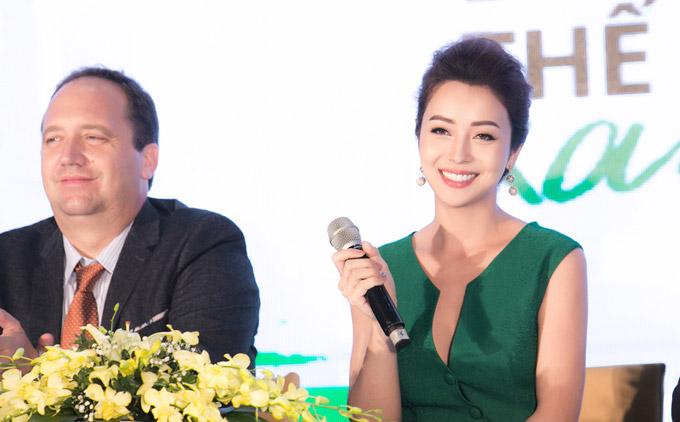 Tại sự kiện cuối tuần qua, Jennifer Phạm vui vẻ giao lưu với các vị khách mời trong nước và quốc tế.