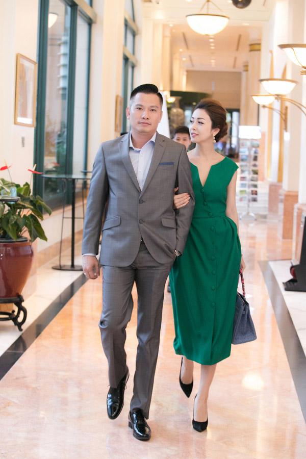 Cuối tuần qua, Jennifer Phạm sóng đôi ông xã Đức Hảidự một event mà cô đảm nhận vai trò đại sứ thương hiệu. Gái ba con chọn váy xanh thanh lịch, khoác tay tình tứ bên chồng doanh nhân.