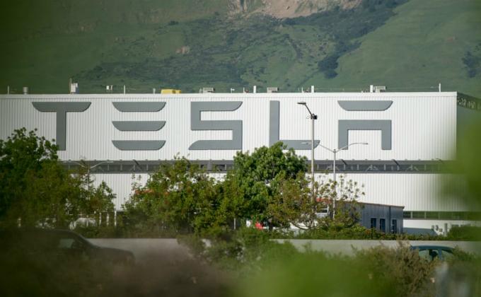 Nhà máy sản xuất ô tô 500.000 m2 của Tesla ở California, nơi vắt sức 10.000 nhân viên. Ảnh: Guardian.