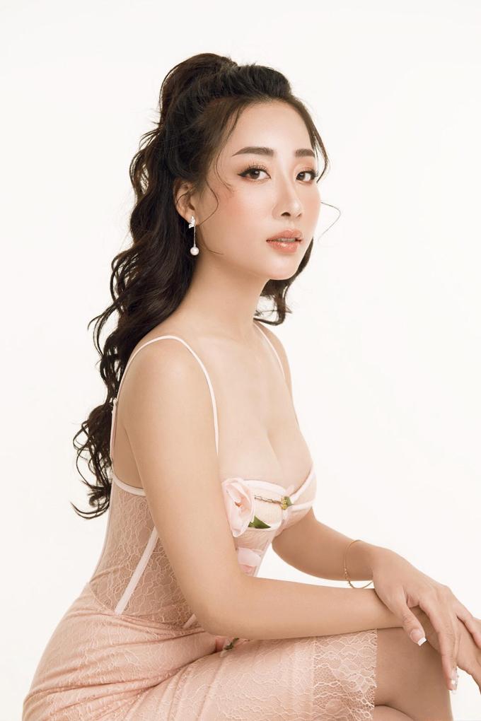 Thùy Anh là một trong những hot girl đời đầu của Hà thành. Ngoài hoạt động nghệ thuật, cô còn kinh doanh. Trước khi trở thành bà chủ thẩm mỹ viên, Thùy Anh từng thành công trong lĩnh vực thời trang. Trên trang cá nhân, cô thường xuyên chia sẻ các bí quyết làm đẹp của bản thân.