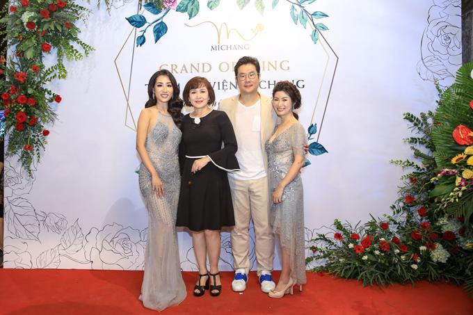 Dù bận rộn, NSND Minh Hòa cũng dành thời gianxuất hiện tại sự kiện để ủng hộ đàn em.
