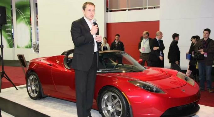 Elon Musk bên chiếc xe điện thế hệ đầu sản xuất năm 2008. Ảnh: eCelebrityFacts.