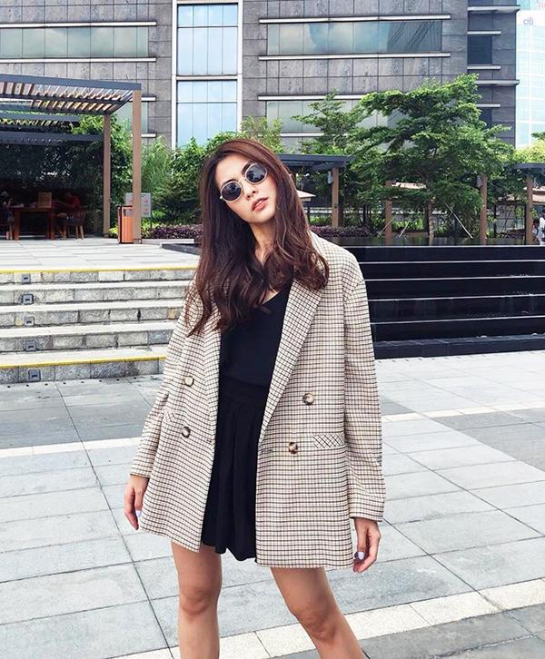 Vest, blazer là những món đồ luôn được yêu thích trong mùa thu đông. Tăng Thanh Hà khéo chọn các kiểu áo khoác mỏng, phù hợp tiết trời phương Nam để thể hiện tinh thần ăn mặc hợp mốt.