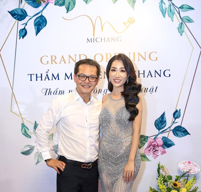 NSND Trung Hiếu - Giám đốc Nhà hát kịch Hà Nội, nơi Thùy Anh làm việc cũng tới chúc mừng nữ nhân viên.