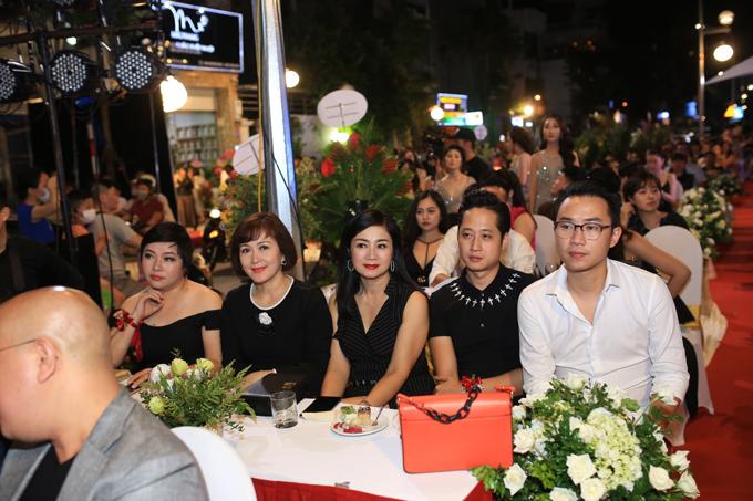 NSND Minh Hòa, nữ diễn viên Thu Hà vàMinh Tít, Mạnh Hưng cùng tới chung vui cùng nữ diễn viên Thùy Anh.