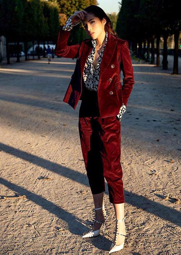 Suit nhung đỏ đậm của Kỳ Duyên tạo điểm nhấn vừa đủ và khiến người mặc trở nên thanh lịch, trẻ trung mà vẫn thể hiện được phong cách sang chảnh.