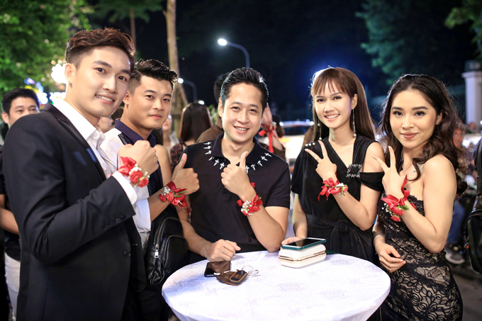 Nam diễn viên Yêu thì ghét thôiĐình Tú (ngoài cùng bên trái) lịch lãm trong bộ vest đen đến sự kiện cùng diễn viên Hương Giang (thứ hai từ phải sang).