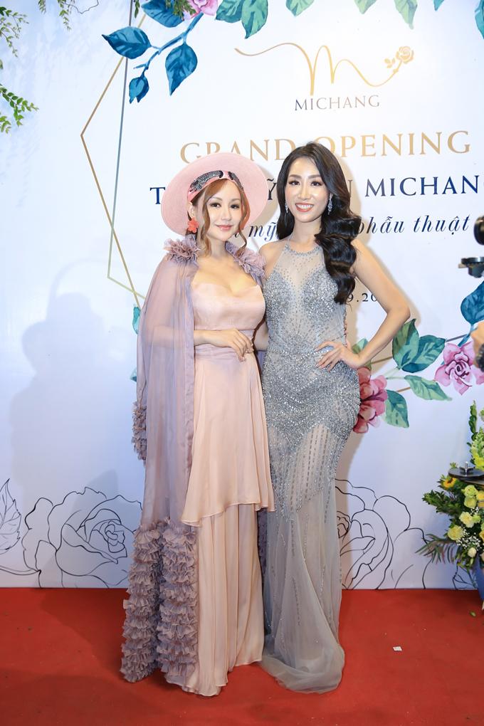 MC Việt Nga là người chị thân thiết lâu năm của Thùy Anh cũng có mặt tại sự kiện. Cô xuất hiện với phong cách cá tính, khác biệt.
