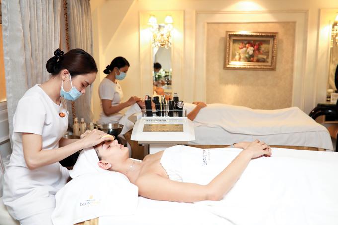 Trực tiếp sử dụng các dịch vụ làm đẹp tại Thanh Hằng Beauty Medi, trải nghiệm các dòng mỹ phẩm được phân phối của chuỗi chuyên cung cấp mỹ phẩm, thực phẩm và chăm sóc da H&H, Hoa hậu Daniela Zivkovcảm thấythư giãn, dễ chịu.