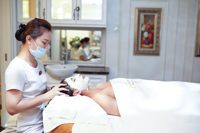 Daniela Zivkov đắp mặt nạ và làm một số liệu trình chăm sóc da mặt tại Beauty Medi.