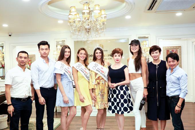 Đi cùngcác người đẹp còn cóMaria Mogsolova - bà chủ của Fashion TV. Kênh truyền hình nổi tiếng thế giới thành lập từ năm 1997 với hơn 31 vệ tinh, 2.000 hệ thống cap, có mặttrên 202 nước. FashionTV là thương hiệu có chỗ đứng nhất định trên thị trường châu Âu, đang có những bước tiến mạnh tại Hong Kong, Thái Lan, Singapore... (chỉ rõ bà chủ Fashion TV là người nào trong ảnh)