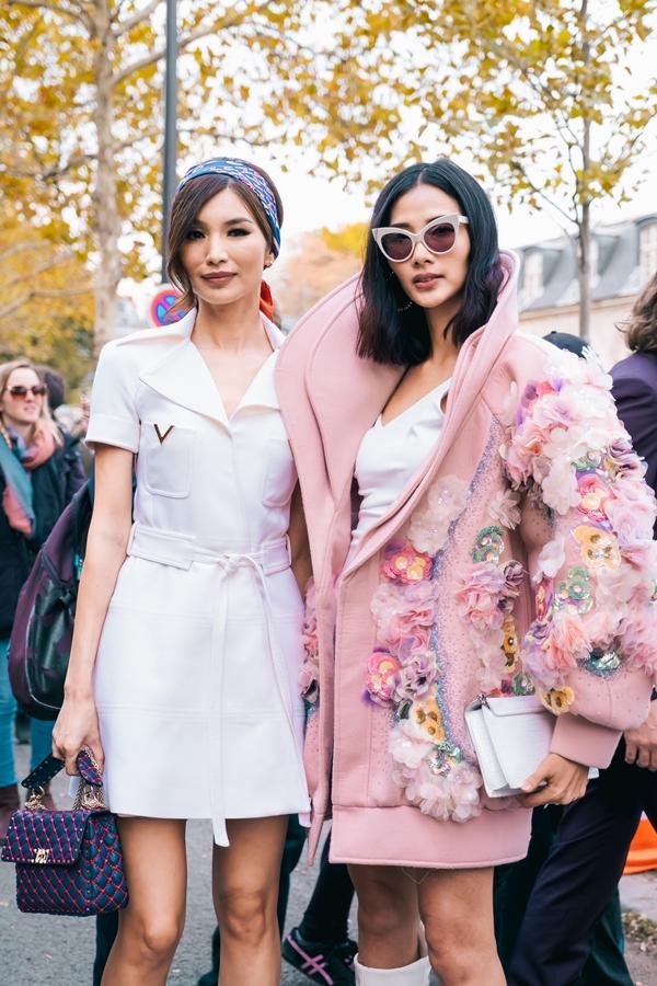 Hoàng Thùy (phải) và Gemman Chan trên đường phố Paris.