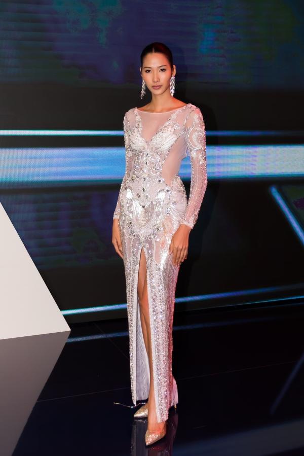 Ngoài Tiểu Vy, Á hậu Hoàng Thùy, người mẫu Quang Đại, fashionista Châu Bùi và Decao cũng là khách mời tham gia sự kiện nhưng không xuất hiện trên sân khấu.