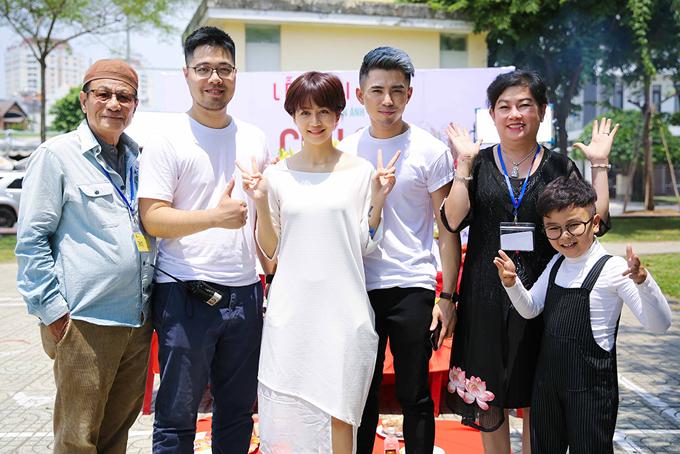Nhà sản xuất Dung Bình Dương (áo đen) chụp cùng đạo diễn Đinh Tuấn Vũ (thứ hai từ trái sang), An Nguy, Will và diễn viên nhí Hữu Khang trong ngày khởi quay phim