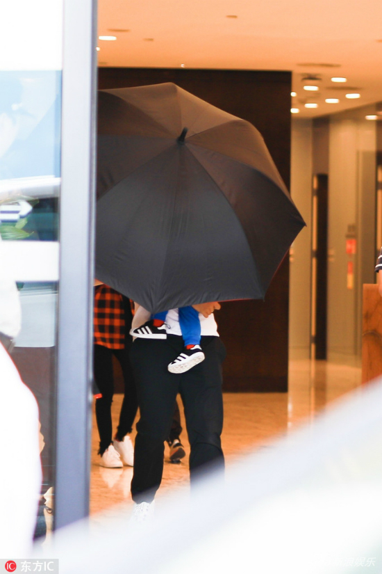 Vợ chồng Angelababy ngụy trang cho con trai bằng chiếc ô to - 1