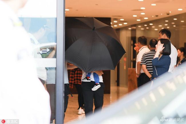 Vợ chồng Angelababy ngụy trang cho con trai bằng chiếc ô to - 2
