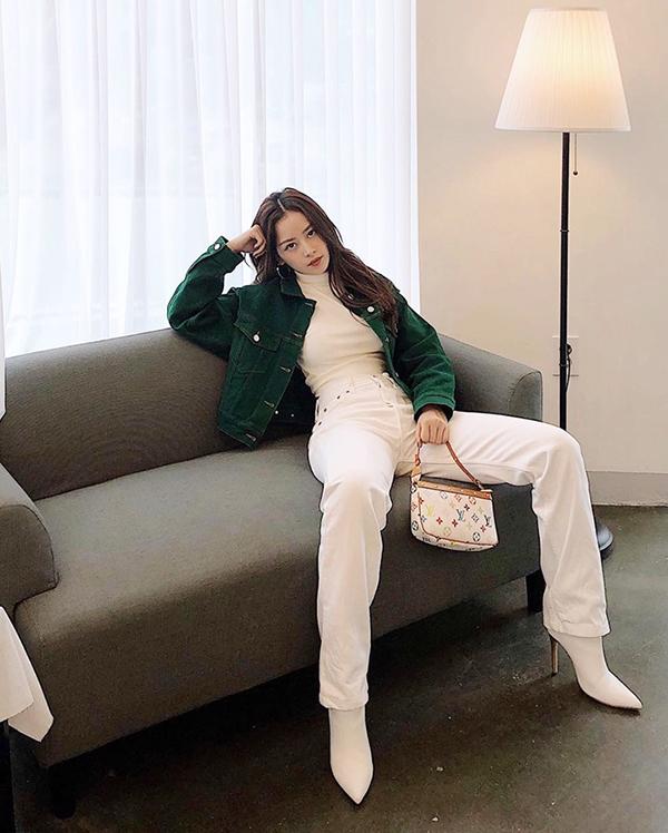 Nếu ngại quá nổi bật với quần hoạ tiết da rắn thì các nàng công sở có thể áp dụng cách mix áo nhung dáng lửng với nguyên set đồ trắng như Chi Pu.