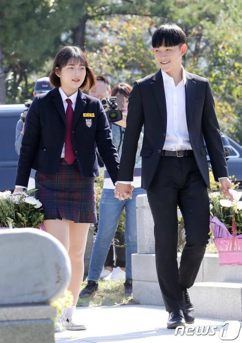 Lễ tưởng niệm 10 năm ngày mất của cố diễn viên Choi Jin Sil diễn ra chiều nay 2/10 tại nghĩa trang công viên Gapsan, Yangpyeong-gun, Gyeonggi. Gia đình, bạn bè nữ diễn viên quá cố cùng nhau tề tựu bên mộ cô để đặt hoa tưởng nhớ ngôi sao bạc mệnh. Hai con của Choi Jin Sil đến cùng bà ngoại, hai cô cậu mặc đồng phục học sinh, tay nắm tay nhau.