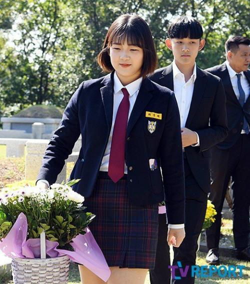 Joon Hee đặt hoa trên mộ mẹ. Cô bé từng gây ồn ào suốt năm 2017 khi liên tục có những hành động tiêu cực: cãi vã bà ngoại, đăng ảnh treo cổ... kèm theo những lời lẽ tiêu cực, bi quan vào cuộc sống. Tuy nhiên, sau những ồn ào, Joon Hee dần dần đã lấy lại cân bằng và tập trung vào việc học tập.