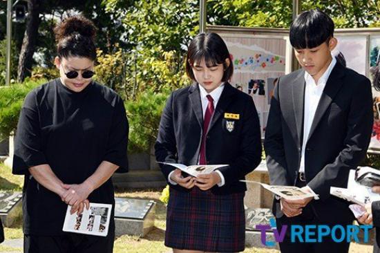 Hai con của Choi Jin Sil bên bạn thân nhất của mẹ, Lee Young Jae. Nhiều năm trôi qua, cứ đến ngày mất của Choi Jin Sil, Young Jae đều có mặt, không lần nào cô không khóc.