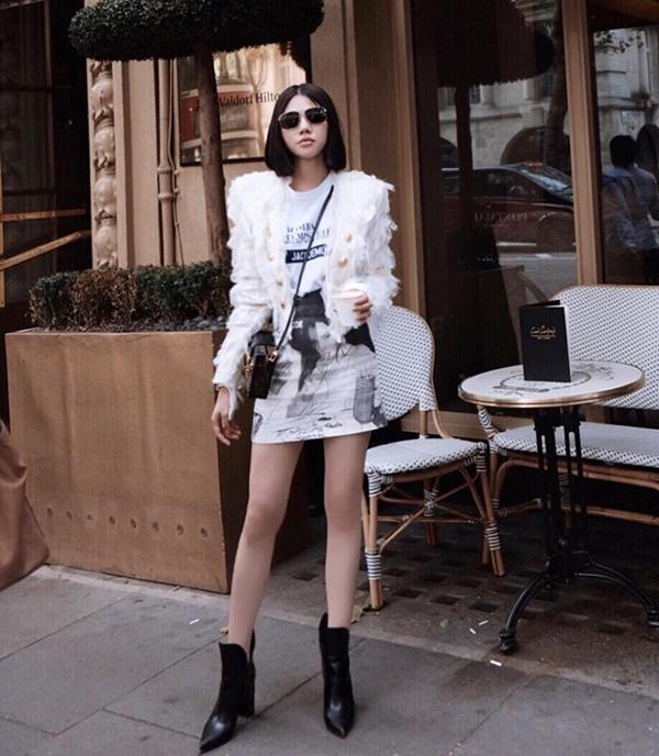 Ngoài llzer, vest, măng tô, các kiểu áo khoác lửng, áo dệt kim cũng được sao Việt lựa chọn để mix đồ trong ngày thu mát mẻ. Jolie Nguyễn tôn chân dài với váy hoạ tiết, bốt mũi nhọn, áo thun đi cùng áo khoác lửng.