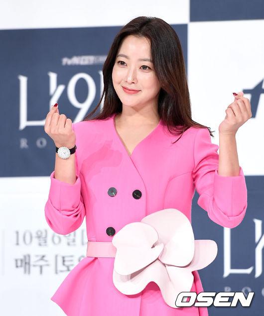 Kim Hee Sun dự họp báo ra mắt phim Room No.9 chiều nay 2/10 tại Times Square, Yeongdeungpo, Seoul. Nữ diễn viên diện nguyên cây hồng, trông rất trẻ trung, duyên dáng. Bộ phim truyền hình của đài TvN đánh dấu sự trở lại màn ảnh nhỏ của Kim Hee Sun, sau thành công của Phẩm chất quý cô năm 2017.