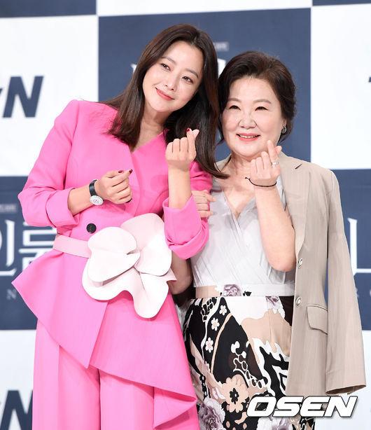 Chia sẻ về việc nhận vai, nữ diễn viên gạo cội Hae Sook tiết lộ: Tôi phấn khích vô cùng bởi kịch bản rất thú vị và mới mẻ. Tôi quả thực muốn thách thức chính mình. Tuy nhiên, nói thật, đây là một vai diễn khó. Trong khi đó, Kim Hee Sun nói đóng cùng diễn viên gạo cội như Kim Hae Sook khiến cô thấy vô cùng vinh dự, nhưng cũng là một thử thách: Tôi ước gì mình có thêm nhiều thời gian hơn để học hỏi kỹ năng diễn xuất của chị ấy trước khi phim bắt đầu bấm máy. Mỗi khi xem chị ấy diễn, tôi luôn cảm thấy xấu hổ và muốn diễn lại.